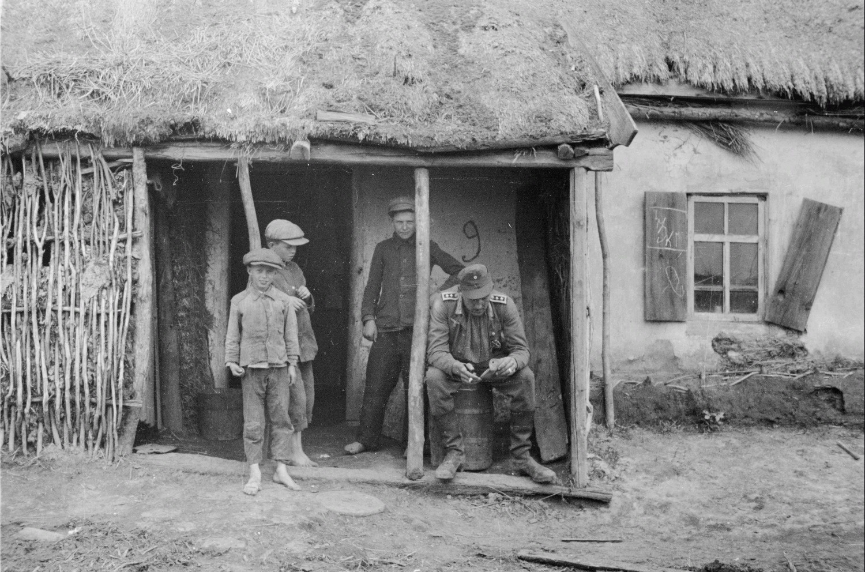 Дети с солдатом