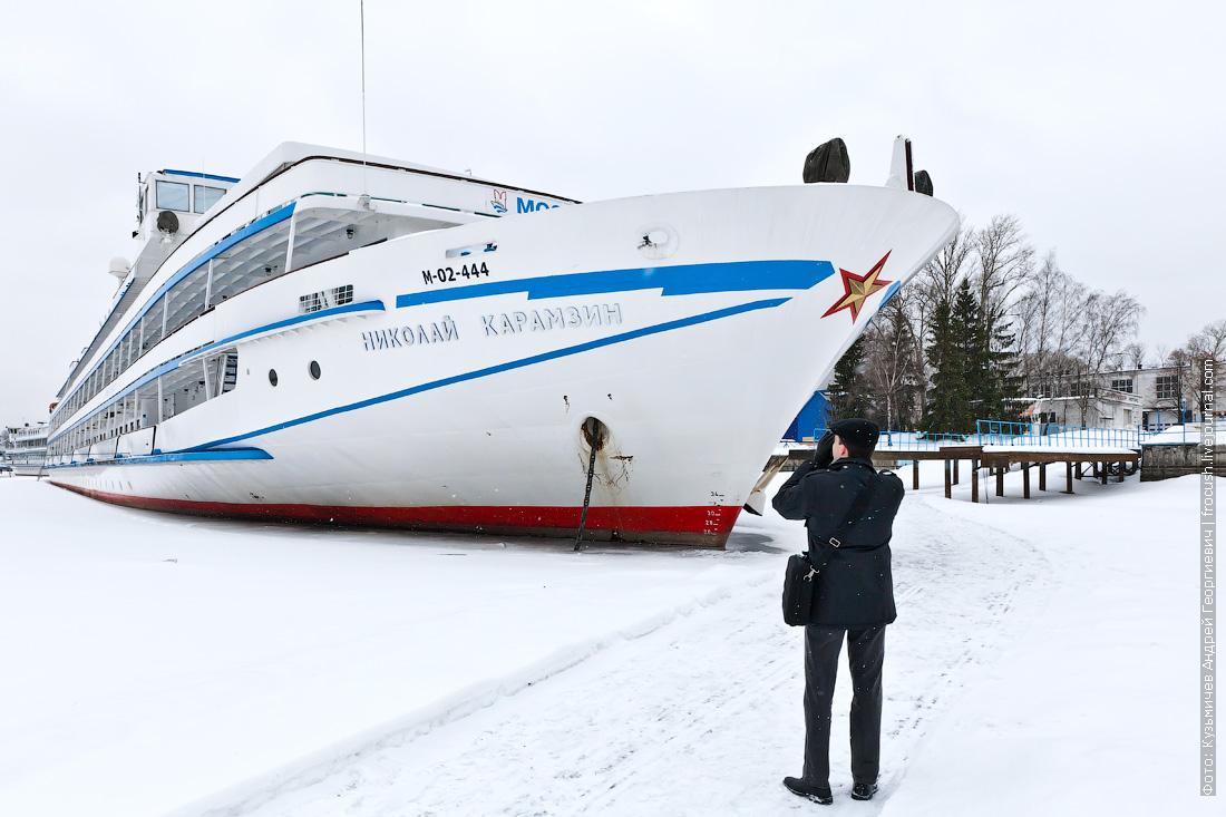 Теплоход Николай Карамзин зимой
