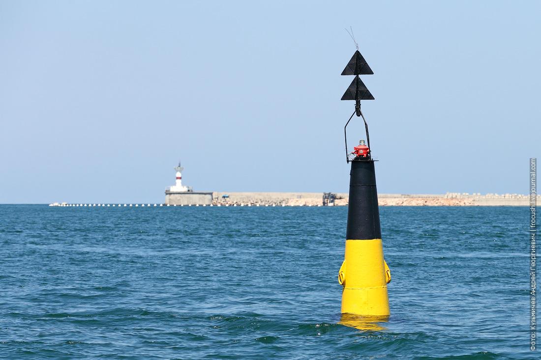 глубина на выходе из Севастопольской бухты составляет 20 метров