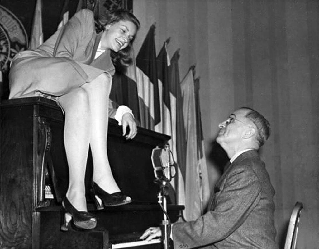 Лорен Боколл и Гарри Трумэн развлекают американских солдат в феврале 1945 г, в кафе Национального Пресс-клуба