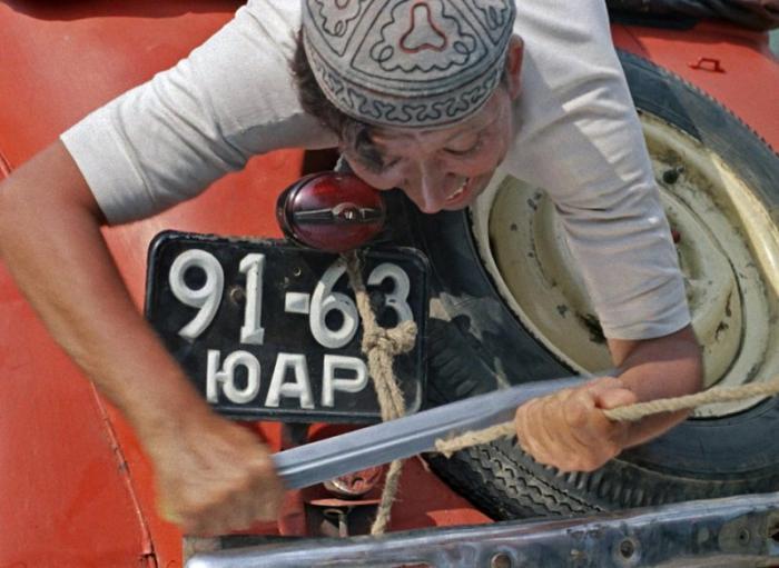 Снимался этот автомобиль под своим регистрационным номером 91-63 ЮАР. При этом буква