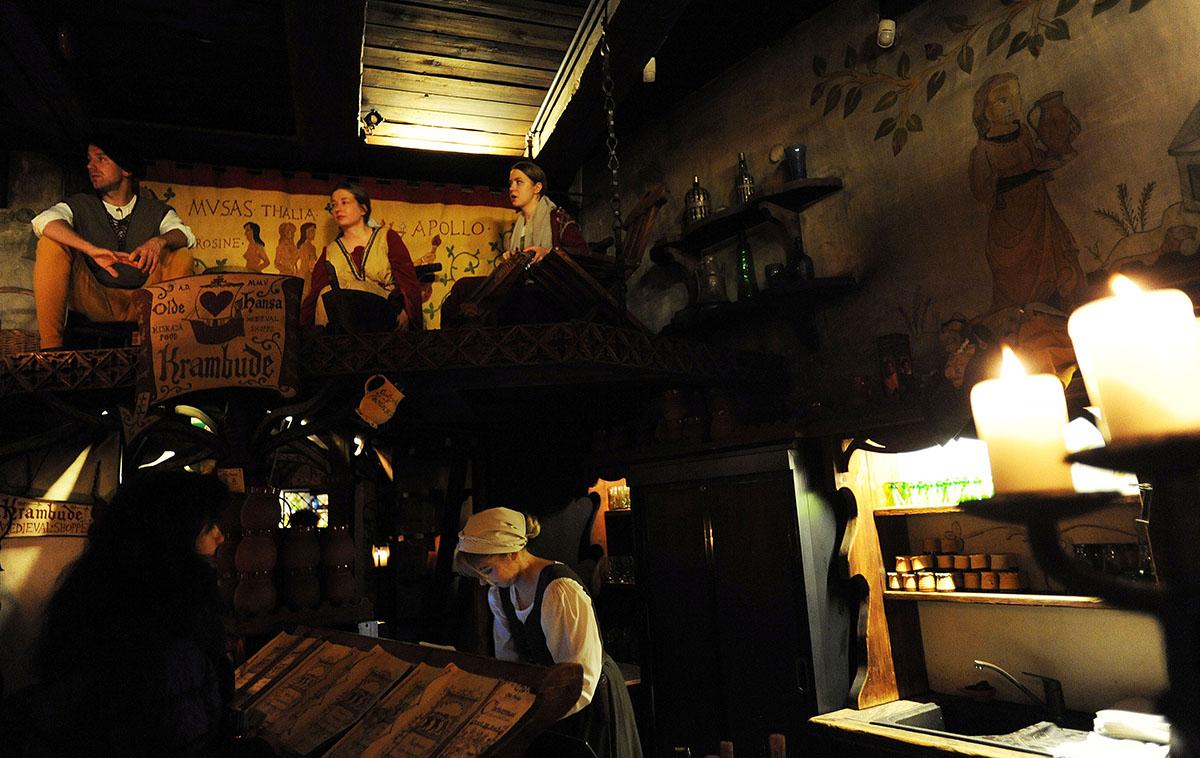 13. Во многих стараются возродить атмосферу Средневековья: деревянные столы, скудное освещение (спец