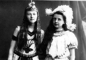 Дочери П.А.Столыпина Ольга и Александра в маскарадных костюмах.