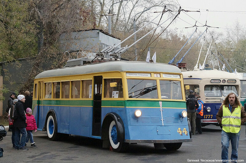 Осень. Парад троллейбусов. ЯТБ1. 24.10.15.08..jpg