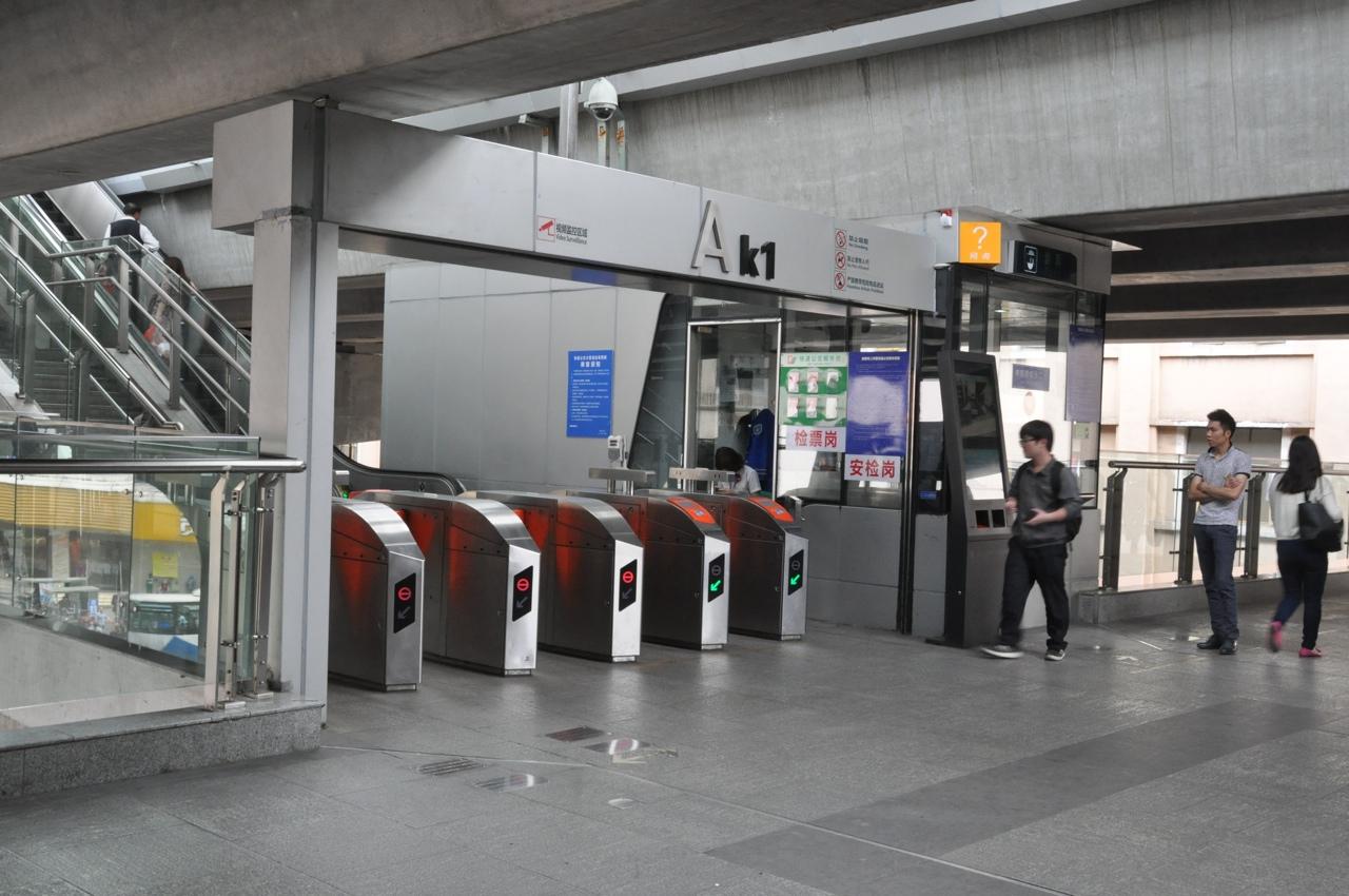 Турникеты при входе на станцию BRT