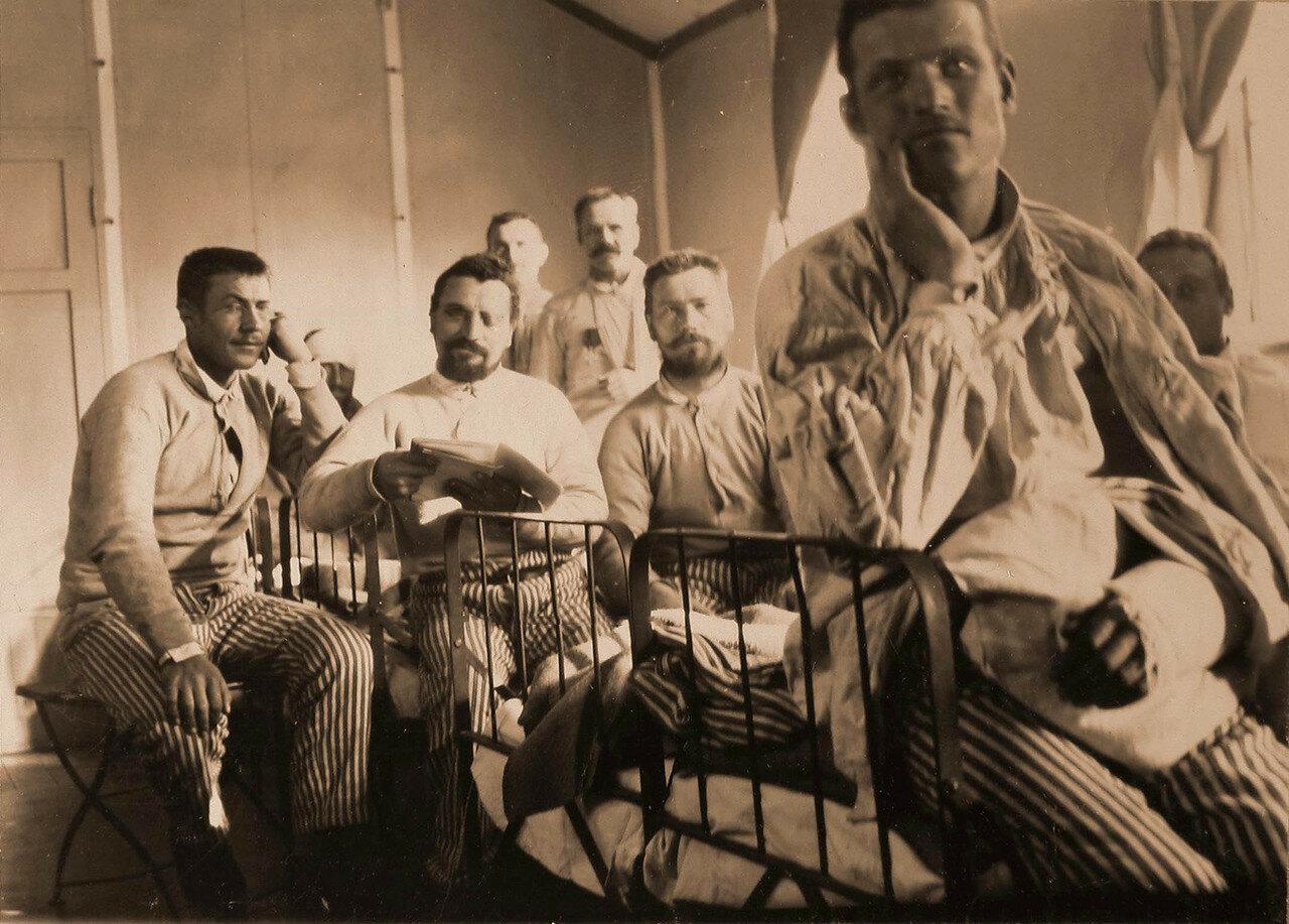 20. Группа раненых в палате хирургического отделения лазарета (открытом в германском домике Деккера)
