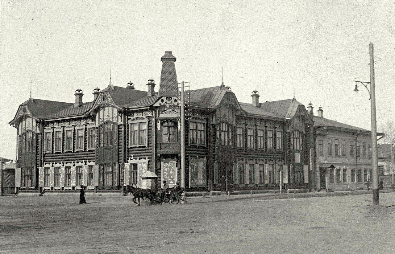 Фрагмент Владимирской площади с двумя жилыми зданиями