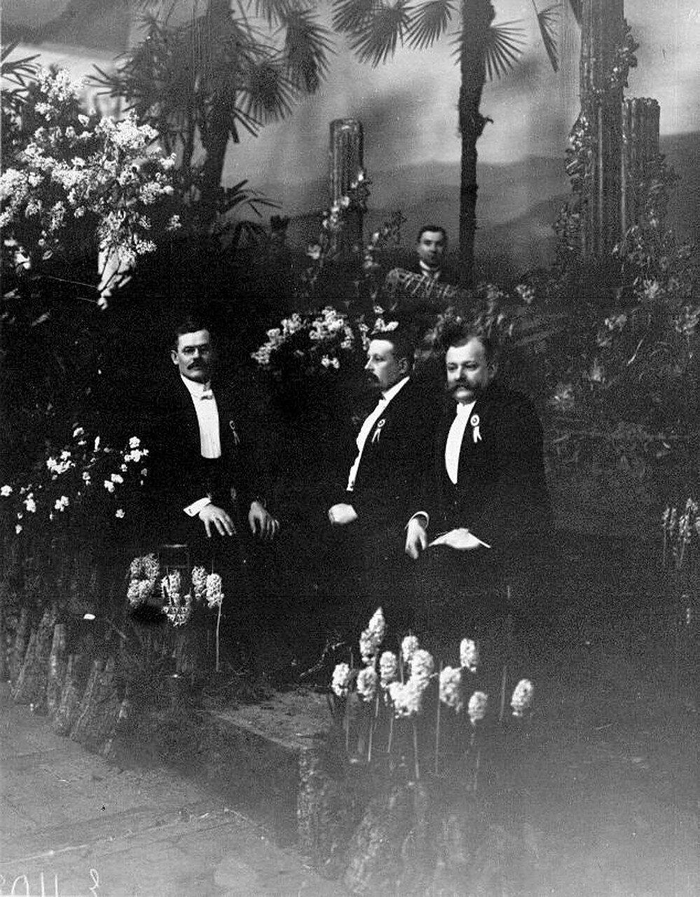 14. Группа организаторов выставки в павильоне садоводства. 1913