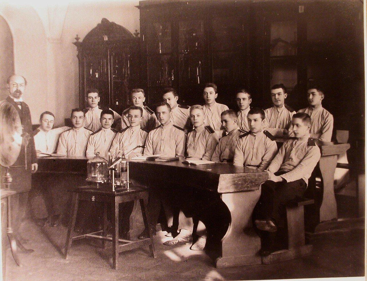 06. Воспитанники одного из старших классов кадетского корпуса и преподаватель во время урока физики