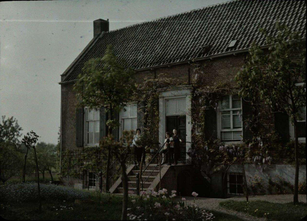 1913. Люди на лестнице фермерского дома. Нидерланды