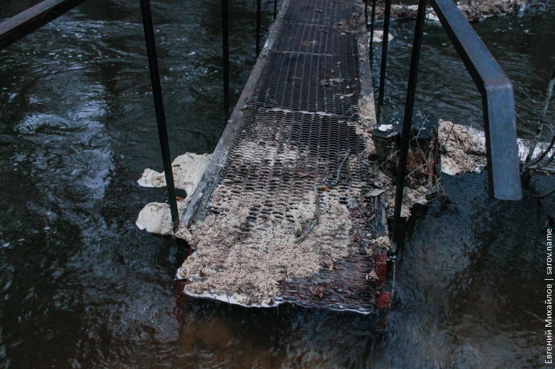 мост затоплен