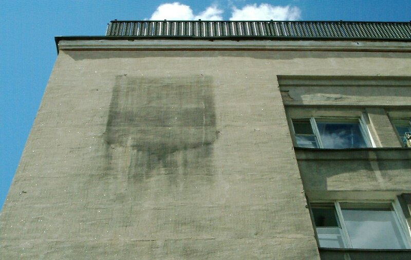Стена почтамта без герба города