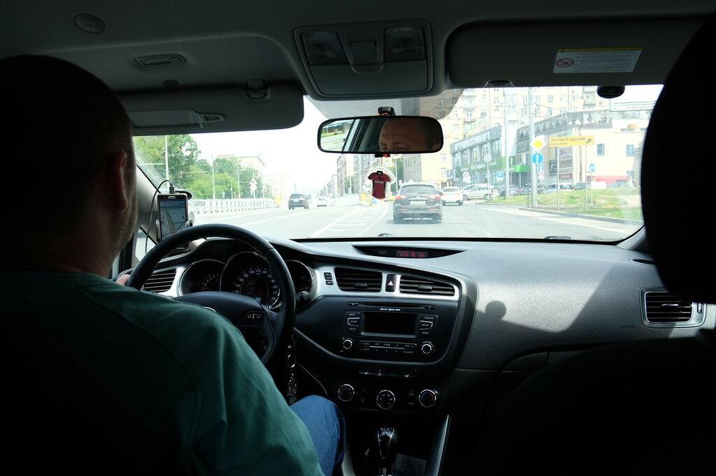 Таксист учит