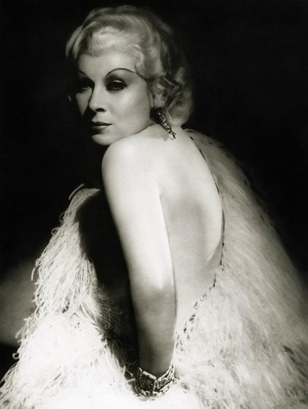 Ее дебют на Бродвее состоялся в 1926 году. Мэй Уэст поставила сандальную пьесу «Секс». Публика громк