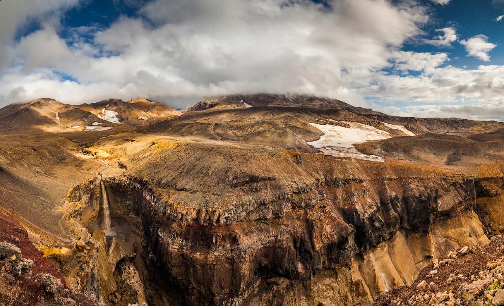 22. Вот так выглядит ущелье со стороны подножия вулкана. На холме видна машина — где-то оттуда