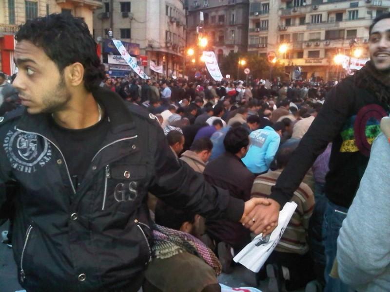 12. Христиане защищают мусульман во время молитвы. Египет, 2011 год.