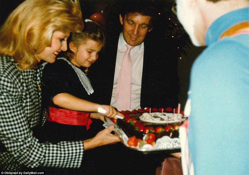 Иванка разрезает торт в свой день рождения.