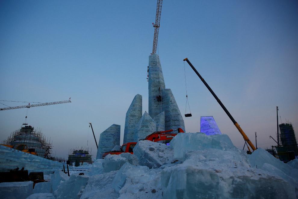 3. Ночью строительство с высотными кранами выглядит особенно эпично. Около 180 000 кубических м