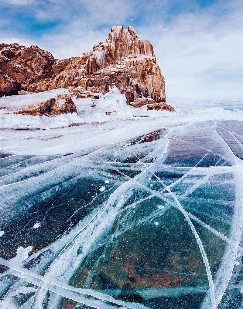 На Байкале самый прозрачный лед в мире! И это правда. Видно все до самого дна. Рыбок, зеленые камешк