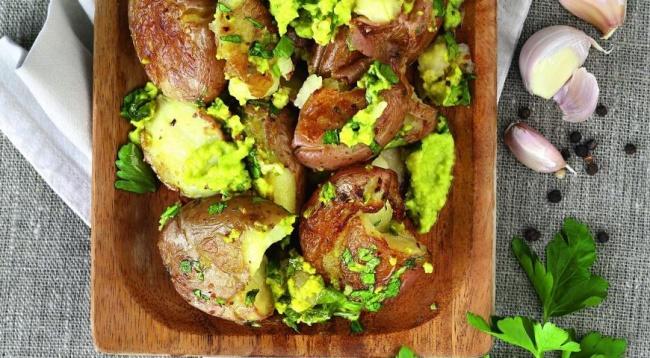 Ингредиенты: 700г картофеля стонкой кожурой 2-2,5ст.л. оливкового масла 1ч.л. молотого сушеног