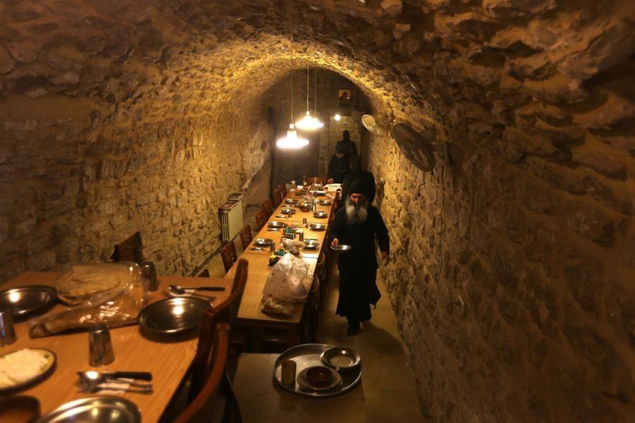 21. Монах готовит завтрак в монастыре Успения Пресвятой Богородицы на горе Хаматура на севере Ливана