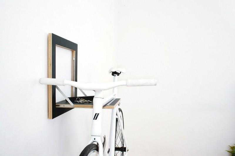 На специальную выемку вешается велосипед, а сверху можно положить что-нибудь небольшое.