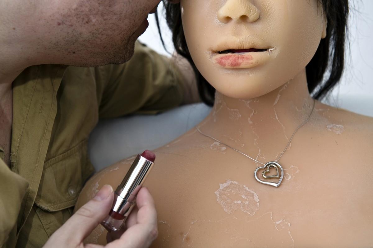 8. Дирк прячет куклу от друзей и родственников, даже от своего ребенка и бывшей жены.