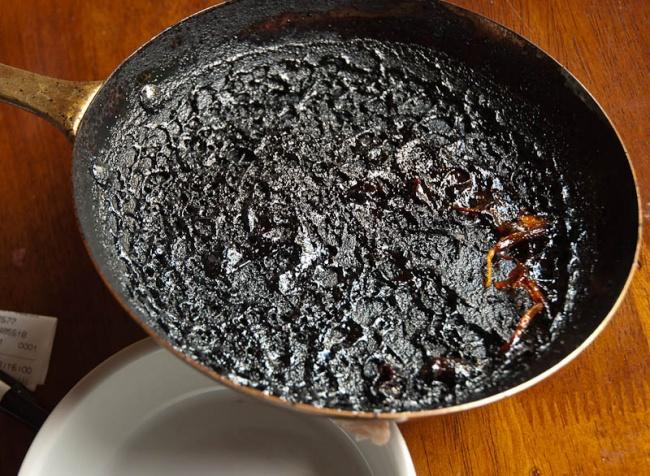 Налейте в сковородку немного воды так, чтобы она только закрывала поерхность, и добавьте стакан бело