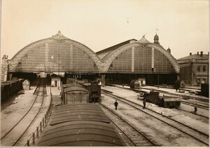 Вид на здание вокзала (со стороны станции и путей), где головной отряд бригады захватил 1500 вагонов и 14 паровозов 21 августа 1914 г.