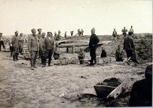 Солдаты во время перевозки земли тачками на насыпь.
