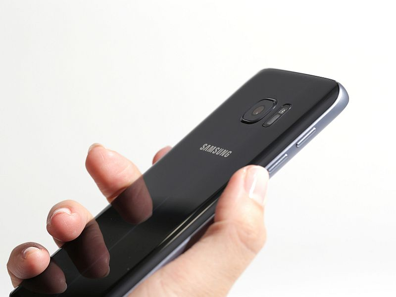 IPhone 7 против Самсунг Galaxy S7 edge: тест напрочность