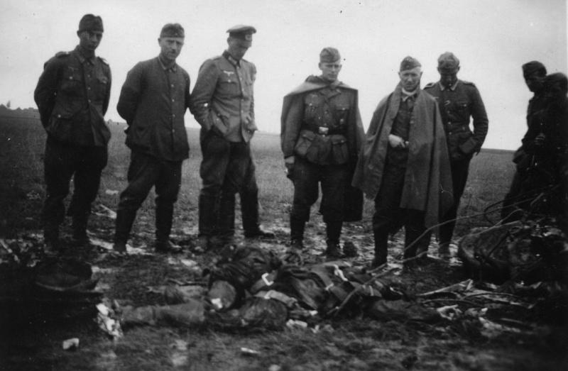 Нем. офицер и солдаты у тела погибшего в Белоруссии советского летчика. 41.jpg