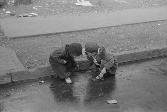 historical-children-playing-photography-58a2df9c2dfb7__700.jpg