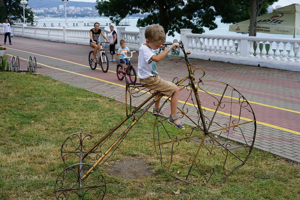 Геленджик. Велосипедисты и кованый велосипед.