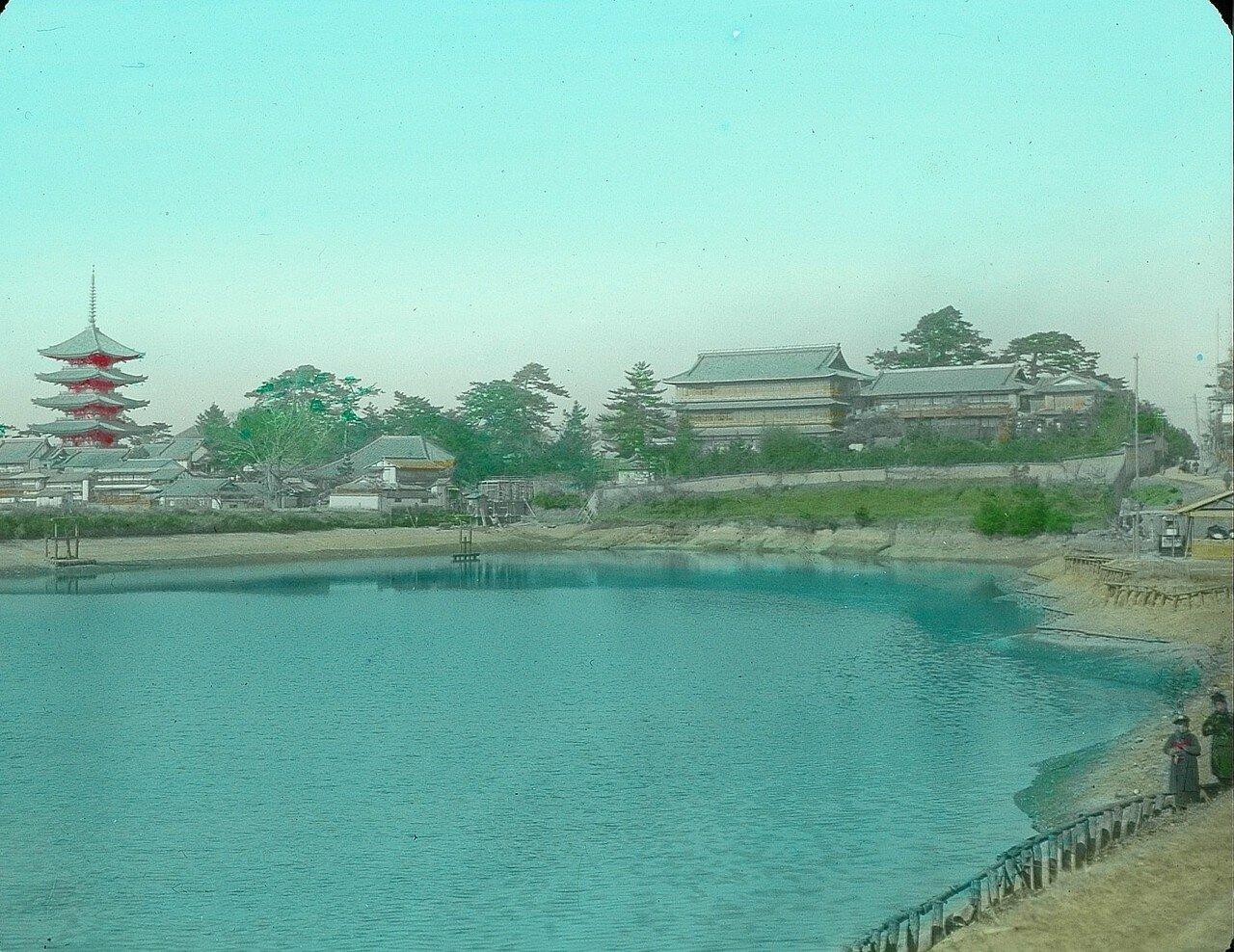 Нара. Вид на пруд Сарусава-ике и пагоду Хаккаку Гуйуното
