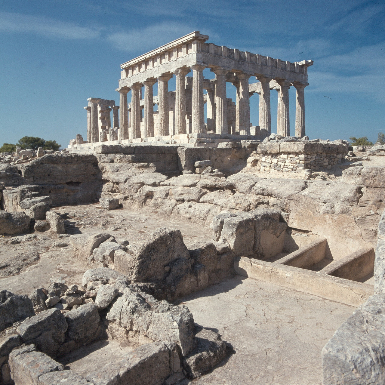 Эгина. Храм Афайи. На переднем плане дом священника VII века