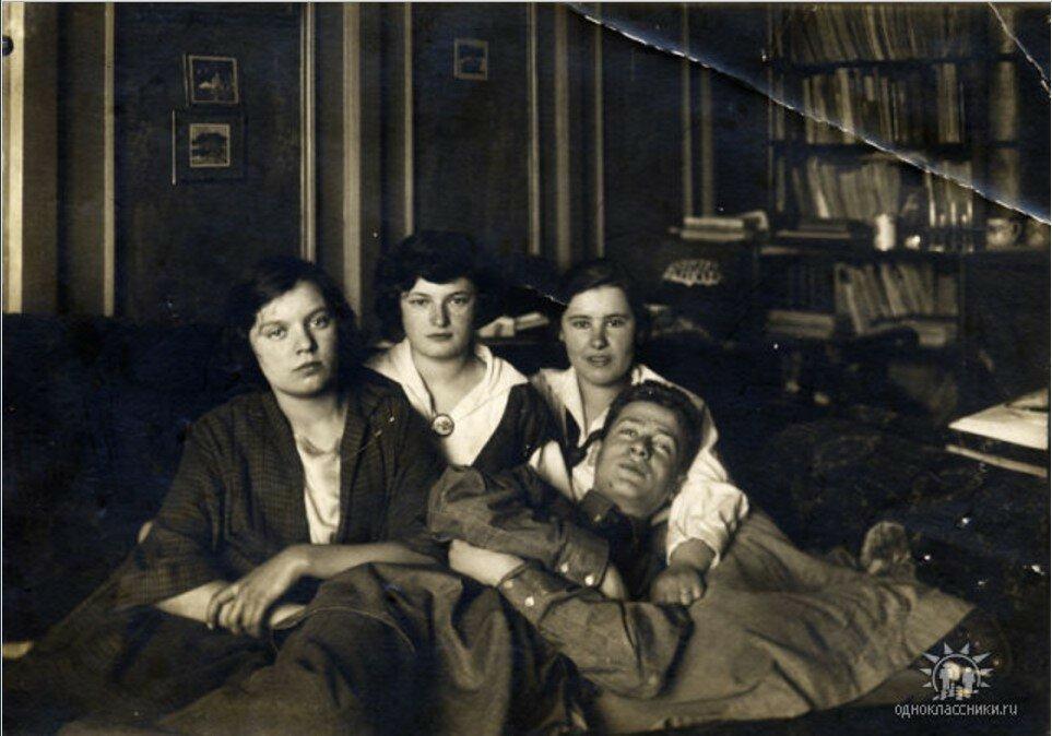 1923. Берта Лясс (вторая слева) с одноклассниками