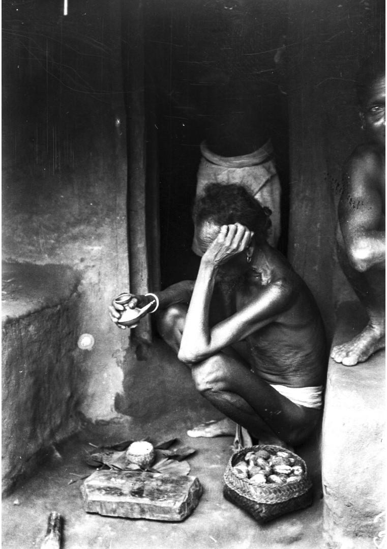 746. Орисса. Мужчина с сосудом в руке