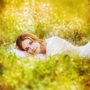 девушка на лужайке