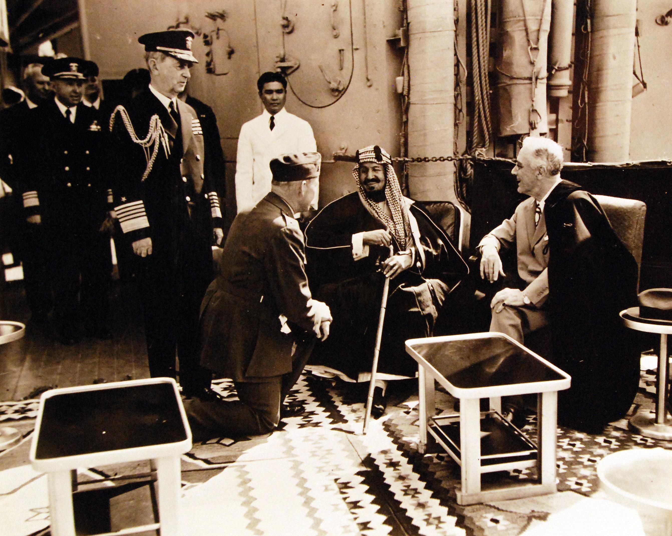Президент Франклин Д. Рузвельт с арабским сановником. Адмирал флота Уильям Д.Леги находится слева