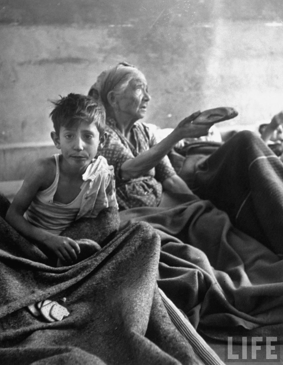 Еврейская женщина и ребенок, получающие хлеб в больнице