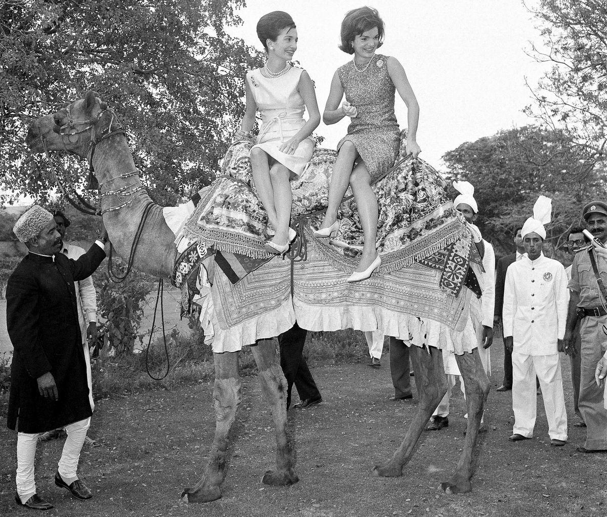Настоящие леди предпочитают ездить на верблюдах: Жаклин Кеннеди со своей сестрой (1962 год)