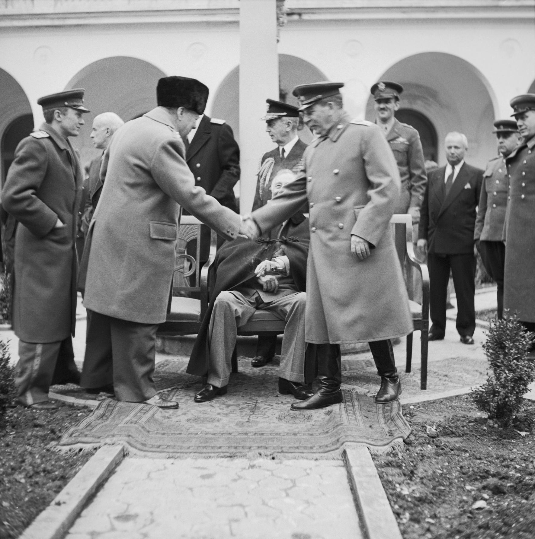 У. Черчилль приветствует И.Сталина с президентом Рузвельтом во время протокольной съемки