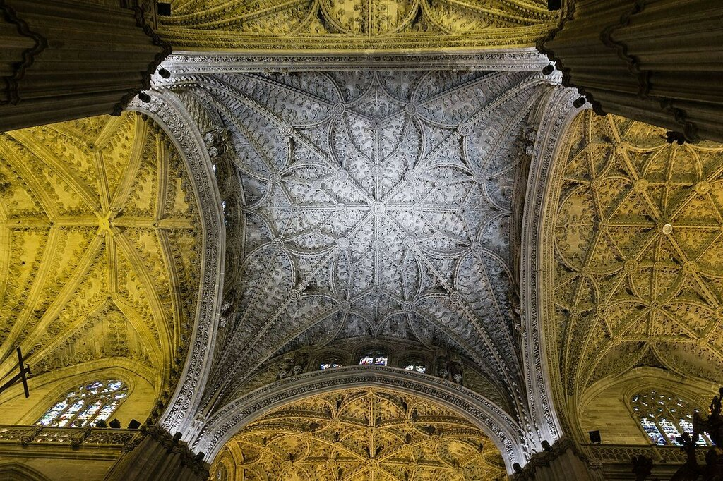 Bottom_view_of_the_crossing_over_the_main_chapel_of_the_Roman_Catholic_cathedral_of_Seville.jpg