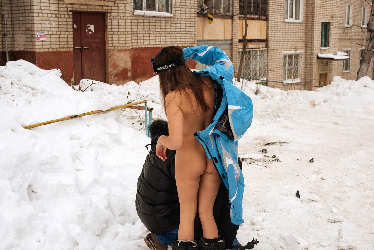 Голая Галя на сноуборде