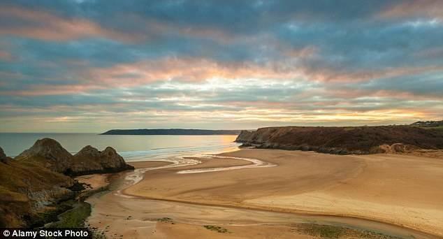 Суонси может похвастаться красивейшими пейзажами, в том числе этой живописной бухтой у берегов полуо