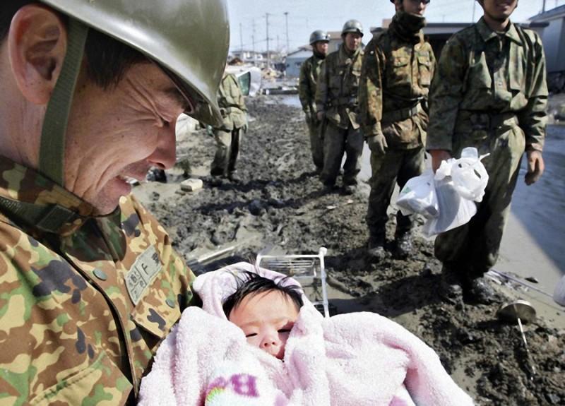21. Спасенная солдатами 4-месячная девочка после цунами в Японии.