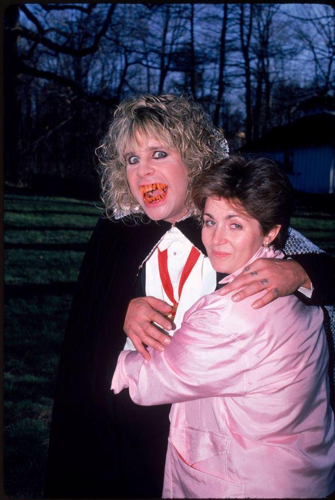 2. Оззи и Шэрон на Хеллоуин в 1986 году. У пары трое детей: Эми (г.р. 1983), Келли (г.р. 1984) и Дже