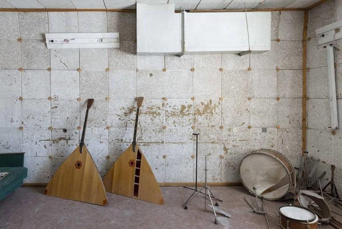 Есть у этого места и своя тайна. Стопки кухонной посуды, постельное белье, пишущие машинки, музыкаль