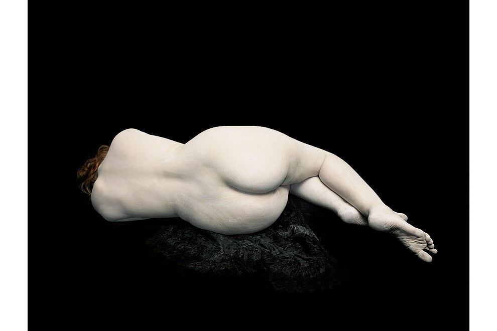 Одри лежит, отвернувшись, на черном кружеве, 2011.
